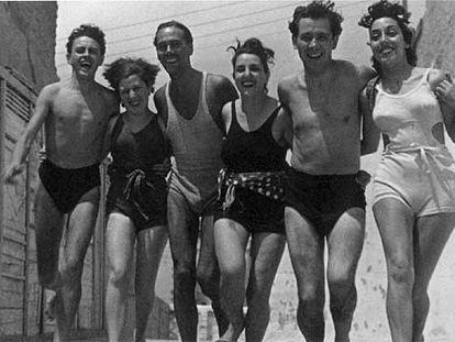 Luis Cernuda (tercero por la izquierda), en 1937.