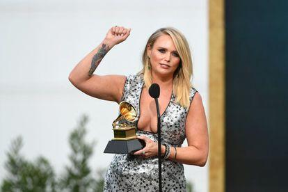 La cantante de country estadounidense Miranda Lambert acepta el premio al Mejor Álbum Country por 'Wildcard'.