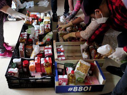 Voluntarios preparan cestas de comida para repartir entre los más necesitados a comienzos del pasado mayo.