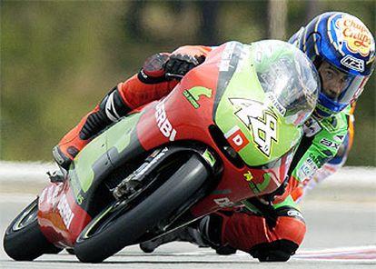 Lorenzo, a los mandos de su Derbi en un momento de la carrera.