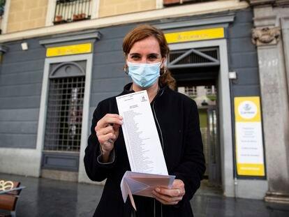 Mónica García, candidata de Más Madrid, ante la oficina de Correos en la que depositó el miércoles su voto anticipado.