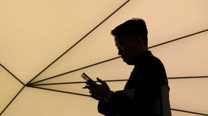 Una persona mira su móvil en el MWC18 de Barcelona.