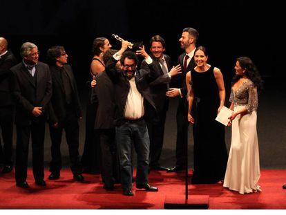 Pablo Cruz, productor de 'Las Elegidas', levanta el Ariel.