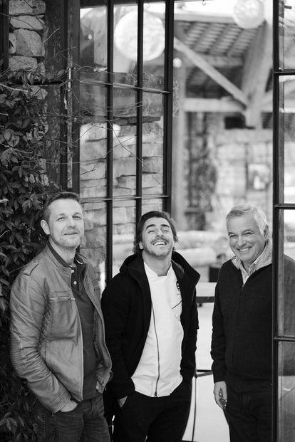 De izquierda a derecha: Blanes, Jordi Roca y Josep de Haro, durante el rodaje del documental 'El sentido del cacao', en Espai Mas Marroch (Girona).