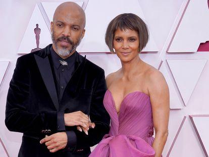 Halle Berry y Van Hunt, en los Oscar 2021.