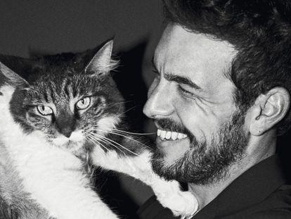 Mario Casas y su gato. Él (Mario) viste chaqueta Saint Laurent por Hedi Slimane.