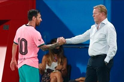 Messi saluda a Koeman tras marcar dos goles ante el Girona.