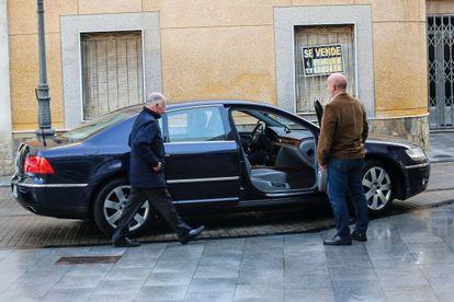 El líder del PP de Almería, Gabriel Amat, sube ayer a su coche oficial, un Volkswagen Phaeton.