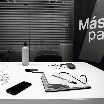 """La mesa del despacho es de plástico. """"Iñigo, ¿a dónde sueles mirar cuando estás aquí?"""", pregunta la fotógrafa. """"Al móvil, por desgracia""""."""