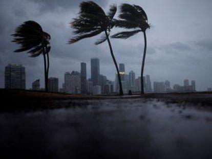 La gigantesca tormenta, que ha sido rebajada a la categoría 3, impacta en los Cayos y se dirige por la costa oeste hacia Tampa