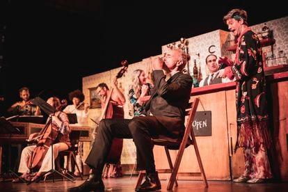 Versión escenificada de la 'Cantata del café' de Bach. En primer plano, el padre (Dietrich Henschel), bebiendo una taza de café, y detrás su hijo (Philipp Mathmann). Detrás de la barra, Adrian Schvarzstein, el director del espectáculo.