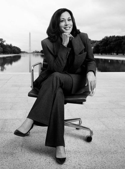 Kamala Harris posa en el National Mall de Washington