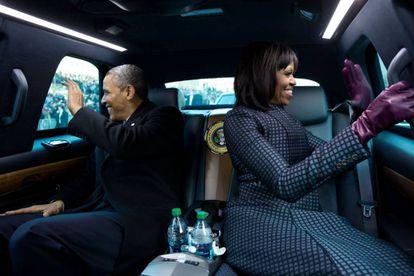 Michelle y Barack Obama en la limusina presidencial durante el desfile inaugural de 2013.