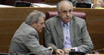Rafael Blasco (derecha), junto a Alfonso Rus, en el pleno de las Cortes.