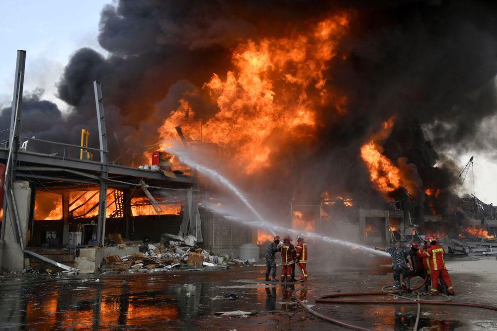 Un incendio en el puerto de Beirut hace saltar las alarmas