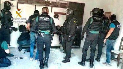 Imagen facilitada por la Guardia Civil de la operación en la que ha incautado 3.600 kilos de hachís en La Línea de la Concepción (Cádiz).
