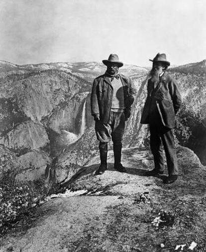 Theodore Roosevelt (izquierda) y el naturalista John Muir contemplan Yosemite desde el Glacier Point, en 1903.