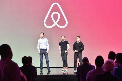 Los fundadores de Airbnb, Nathan Blecharczyk, el Director de Producto Joe Gebbia y el CEO Brian Chesky, durante la presentación de 'Introducing Trips' en el Airbnb Open de 2016 celebrado en Los Ángeles.