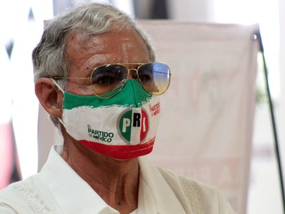 Un militante del PRI escucha la conferencia de prensa del dirigente estatal en Cuarnavaca, Morelos.