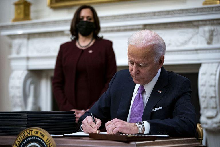 El presidente de Estados Unidos, Joe Biden, junto a la vicepresidenta, Kamala Harris, en la Casa Blanca en Washington, EE UU, el pasado 21 de enero.