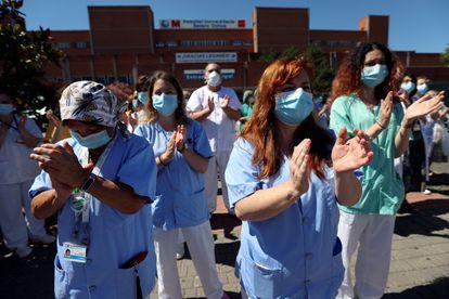 Sanitarios del Hospital Severo Ochoa, durante el acto de instalación de una pancarta de agradecimiento al pueblo de Leganés por su apoyo.