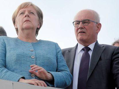 La canciller alemana, Angela Merkel, y el ex jefe del grupo parlamentario conservador Volker Kauder, durante la inauguración de un centro tecnológico de Daimler a mediados de septiembre.