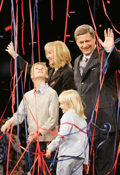 El primer ministro electo de Canadá, Stephen Harper, con su familia.