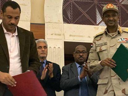 Militares y civiles sudaneses acuerdan un programa político de transición el 17 de julio de 2019 en Jartum. En vídeo, declaraciones del enviado de la Unión Africana tras el acuerdo alcanzado el 5 de julio.