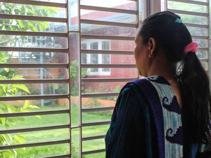 M. G. cruzó la frontera entre Nepal e India con la intención de trabajar como limpiadora en Kuwait. Pero su agente la secuestró y violó en India durante medio año.
