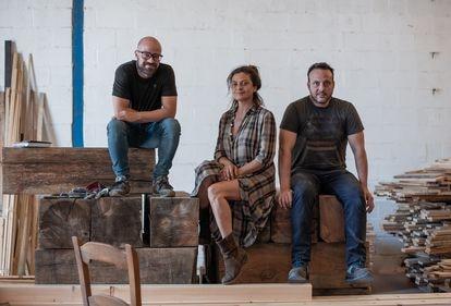 Alberto Gallardo, Susana Pérez y José Pérez, socios de Teacampa, en uno de los talleres que tiene la empresa chiclanera.