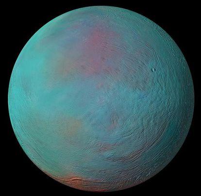 Otra imagen de Encélado captada por 'Cassini'. El área rojiza en el hemisferio norte evidencia hielo más reciente.
