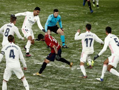 Lucas Vázquez lleva la pelota en un partido disputado entre el Real Madrid y el Osasuna, en enero de 2021.