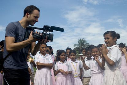 Xavi Menós, durante el rodaje del <i>Waka Waka</i> de Shakira con niños en Colombia.