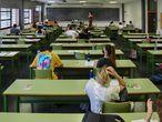 Varios estudiantes, hacen uno de los exámenes de la selectividad 2021 en la Universidad Politécnica de Valencia, el día del comienzo de los exámenes de selectividad 2021, a 8 de junio de 2021, en Valencia, Comunidad Valenciana, (España). Las Pruebas de Acceso a la Universidad (PAU) en Valencia, que arrancan este 8 de junio hasta el próximo día 10 de junio, cuentan con la participación de un total de 24.557 estudiantes de la región. 08 JUNIO 2021;SELECTIVIDAD;PAU;ACCESO A LA UNIVERSIDAD;EDUCACION;UNIVERSIDAD Jorge Gil / Europa Press 08/06/2021