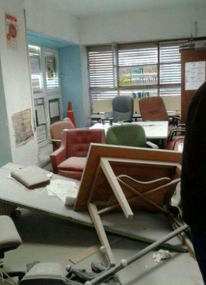 Fotografía facilitada por el Foro Universitario Francisco de Vitoria de los destrozos causados en su local de la Facultad de Derecho