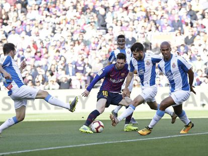 Messi, rodeado de rivales durante el derbi.