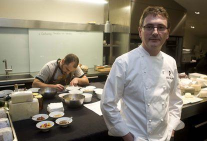 Aduriz, en la cocina de la segunda planta del restaurante Mugaritz, donde el chef y su equipo ensayan conceptos y platos.