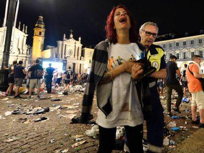 Una aficionada de la Juventus es evacuada de la Piazza San Carlos, en el centro de Turín.
