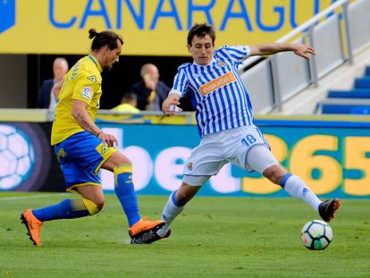 Aguirregaray y Oyarzabal pugnan por un balón.