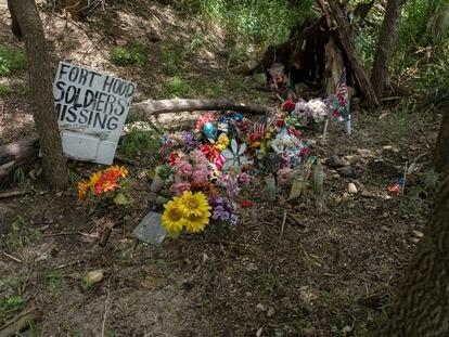 Flores en recuerdo de la soldado Vanessa Guillén junto al Río León, donde fueron encontrados sus restos. | En vídeo, la historia de la militar, hija de mexicanos.