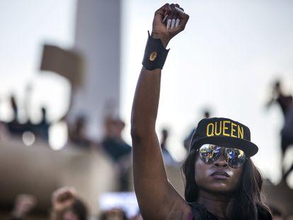 Una manifestante, este jueves en Dallas (EE UU).