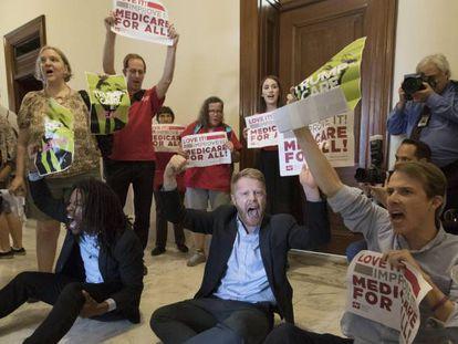 Protesta contra el desmantelamiento del 'Obamacare' que patrocina Trump