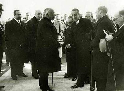 Alcalá-Zamora, presidente de la República, saluda a Luis de Zuleta en presencia de Manuel Azaña, jefe de Gobierno, en enero de 1933.