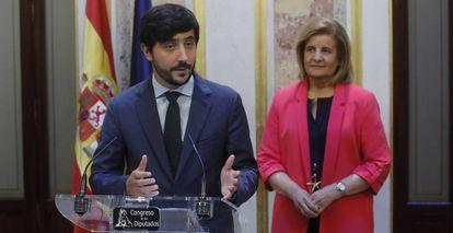 El portavoz de Economía de Ciudadanos en el Congreso, Toni Roldán, en presencia de la ministra de Empleo, Fátima Báñez