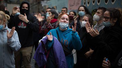 Vecinos celebran la paralización de un desahucio en El Raval, Barcelona, en noviembre de 2020.