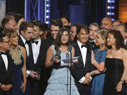 Stacey Mindich (centro) y el equipo de 'Dear Evan Hansen' recogen el premio al mejor musical en los Tony. En vídeo, alfombra roja de la gala.
