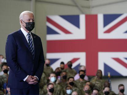 Joe Biden se dirige a las fuerzas estadounidenses estacionadas en la Base Aérea de Mildenhall, en Suffolk (Reino Unido), este miércoles.