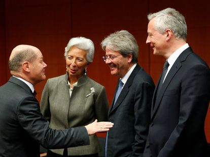 El comisario de Economía, Paolo de Gentiloni (centro), charlando con el vicecanciller alemán Olaf Scholz (izquierda); la presidenta del BCE, Christine Lagarde, y el ministro francés Bruno Le Maire (derecha).