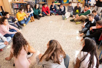 Alumnos del colegio San Isidro de Periana (Málaga), en un debate sobre cultura democrática.