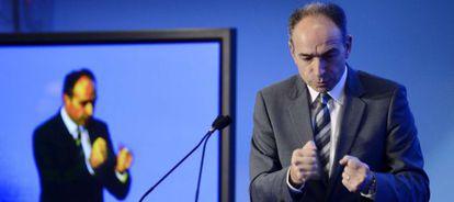 El presidente de la UMP, Jean-François Copé, gesticula durante su discurso sobre inmigración.